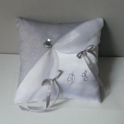 Coussin alliance mariage blanc argent