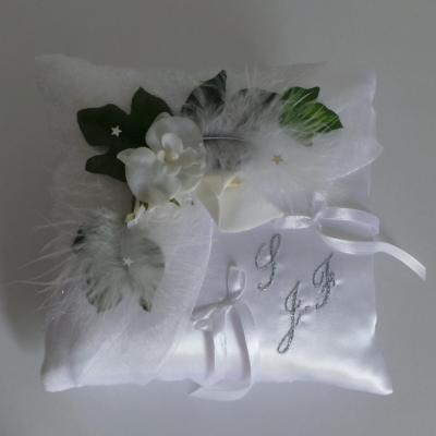 Coussin alliance mariage blanc plumes