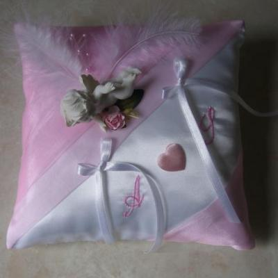 Coussin alliance mariage rose pale blanc ivoire