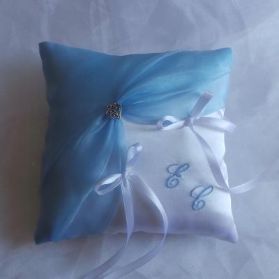 Coussin alliance personnalise bleu ciel pastel clair pale et blanc ou ivoire