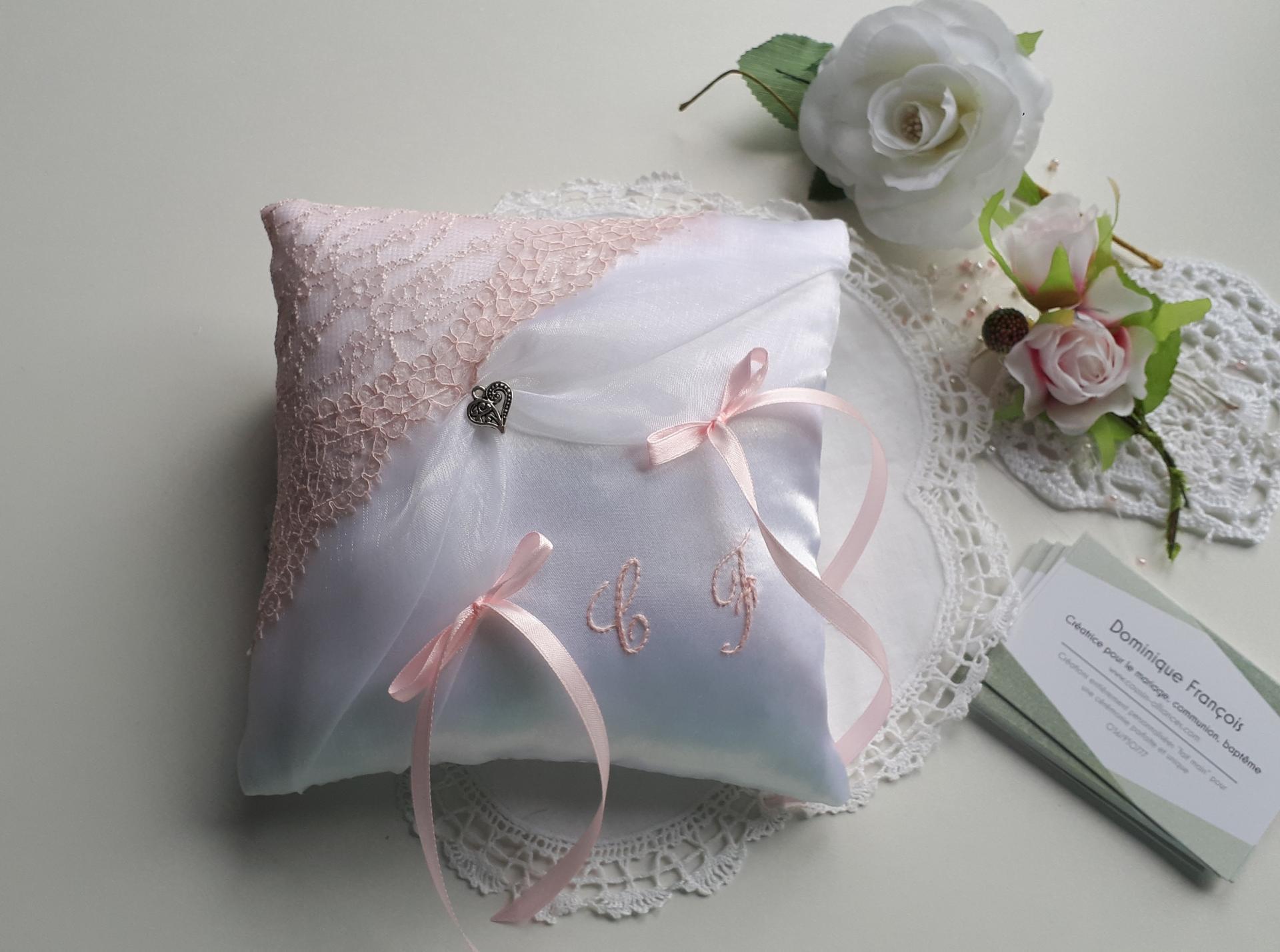 Coussin alliance personnalise rose pastel romantique dentelle fait main