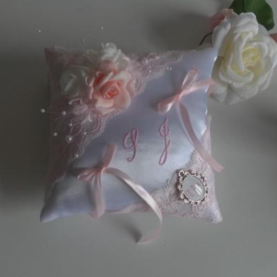 Coussin alliance rose pastel blanc personnalise fait main dentelle
