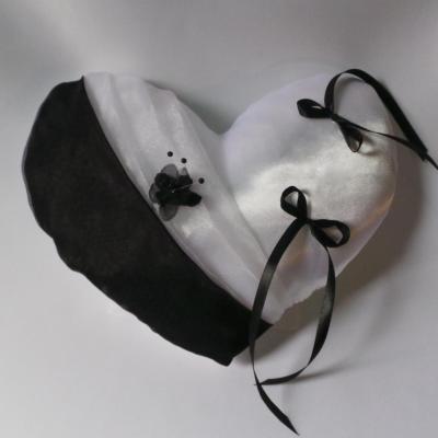 Coussin mariage coeur noir et blanc avec fleur perle