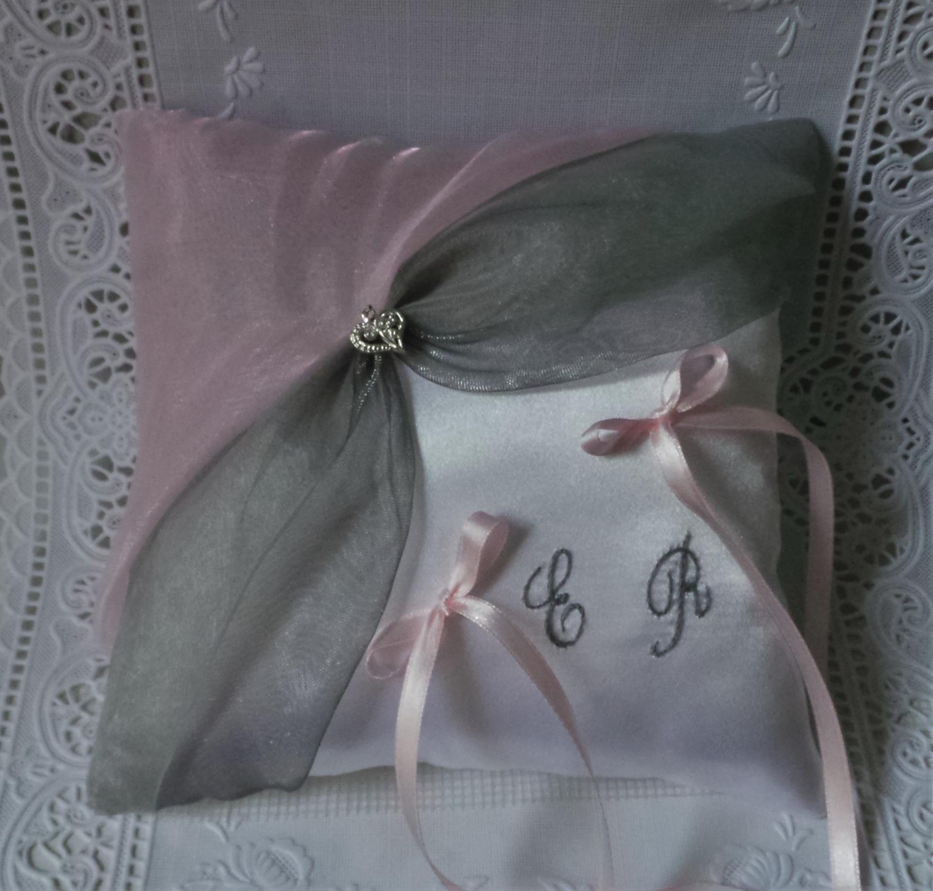 Coussin alliances chic gris et rose brodé main