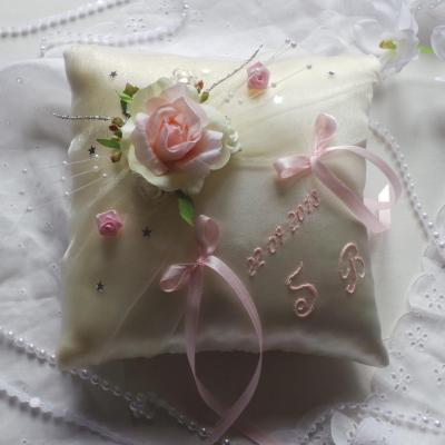 Coussin alliances champetre chic ivoire rose poudre