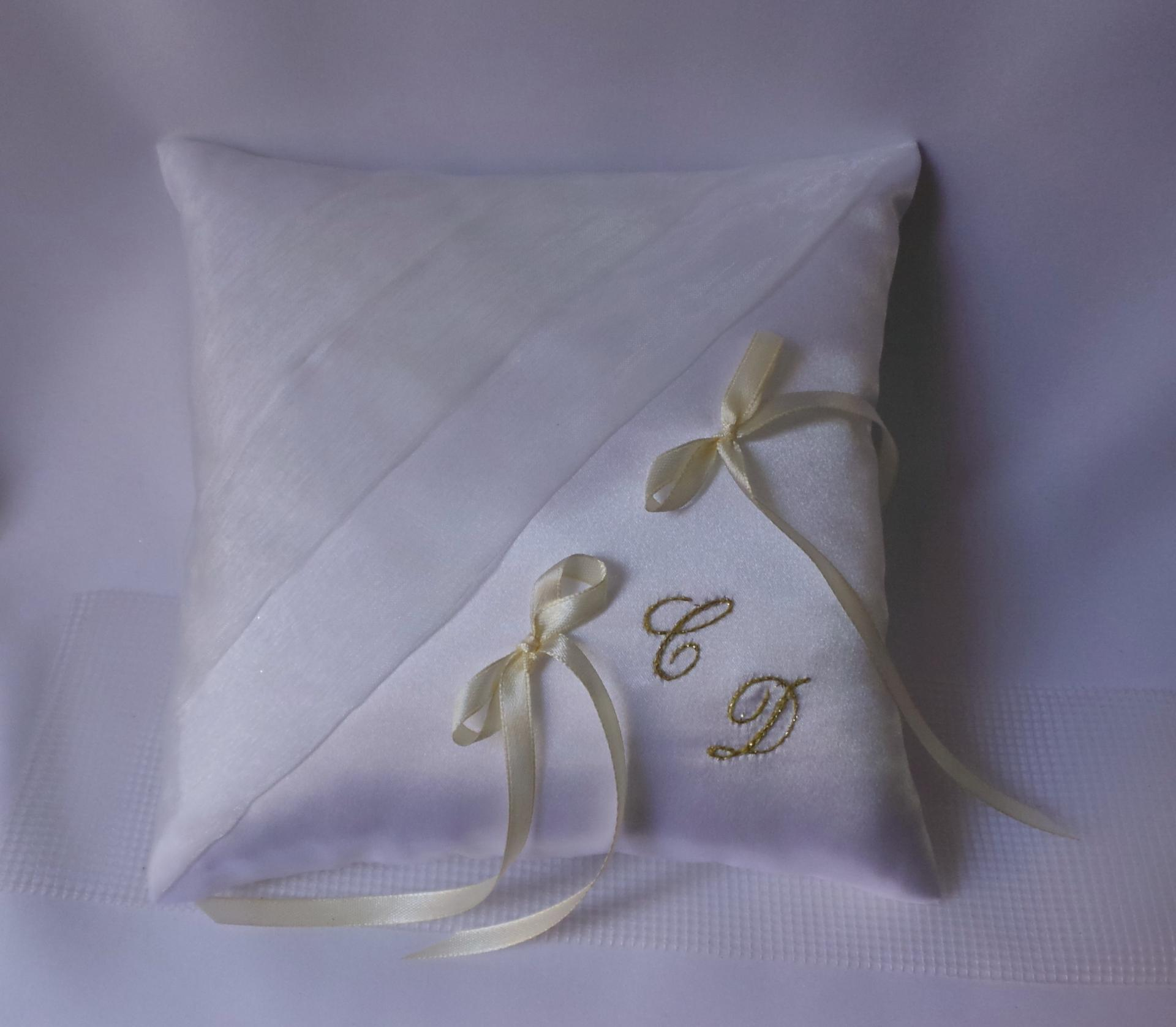 Coussin alliances chic blanc personnalise or
