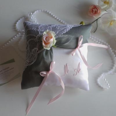 Coussin alliances chic dentelle gris rose pale blanc ou ivoire personnalise 1