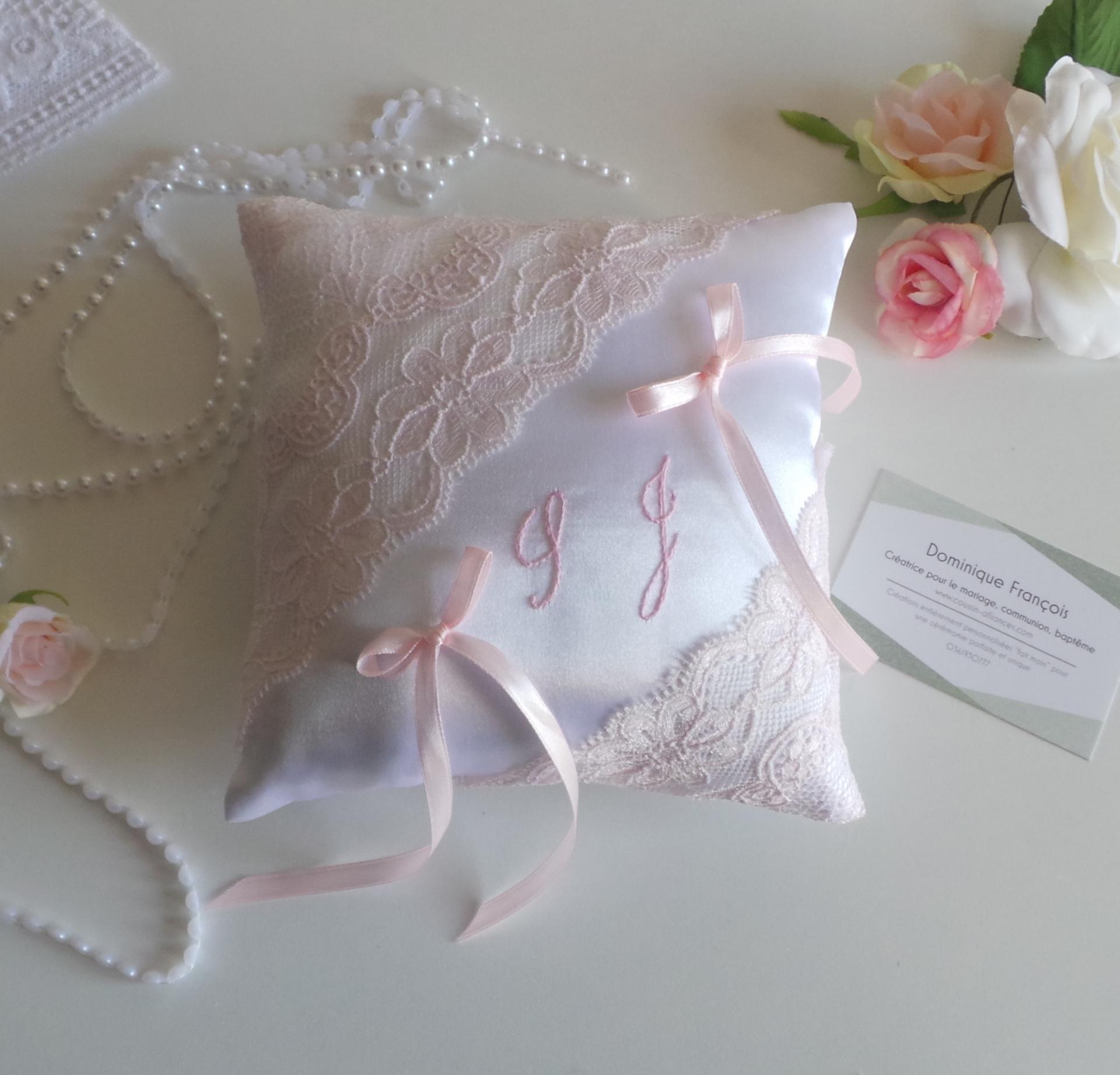 Coussin alliances chic dentelle rose pale blanc ou ivoire personnalise 1
