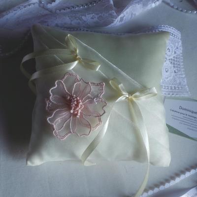 Coussin alliances chic ivoire rose poudre