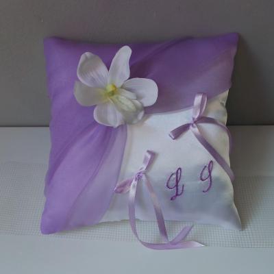 Coussin alliances chic parme blanc ou ivoire personnalise orchidee