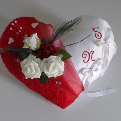 Coussin alliances coeur rouge blanc personnalise