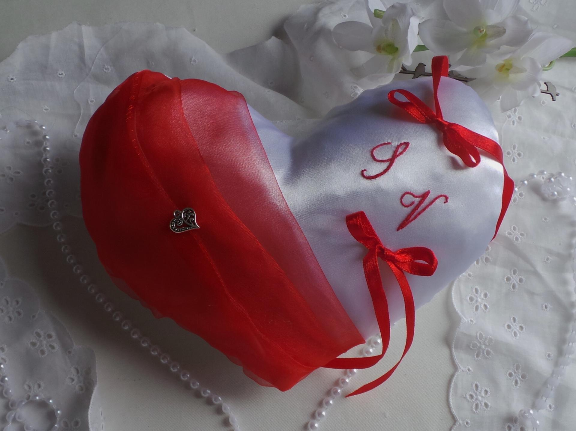 Coussin alliances coeur rouge brode