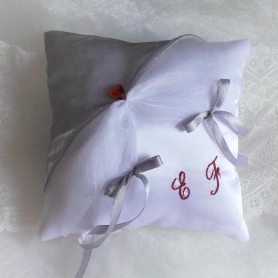 Coussin alliances chic gris blanc brodé main en rouge