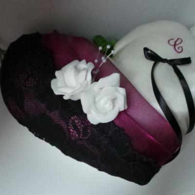 Coussin alliances violet prune dentelle noire personnalise