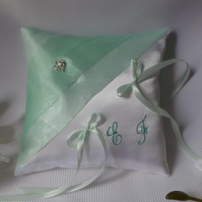 Coussin de mariage personnalise vert d eau pastel et blanc fait main