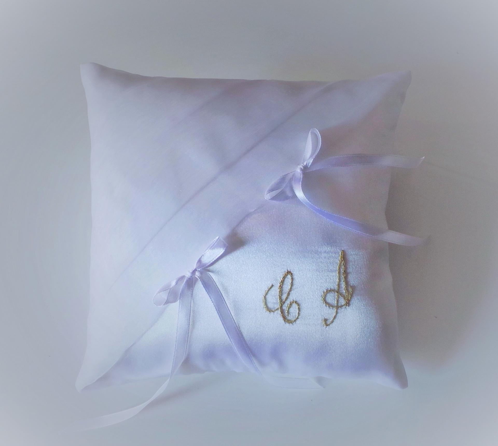Coussin mariage chic blanc brode or