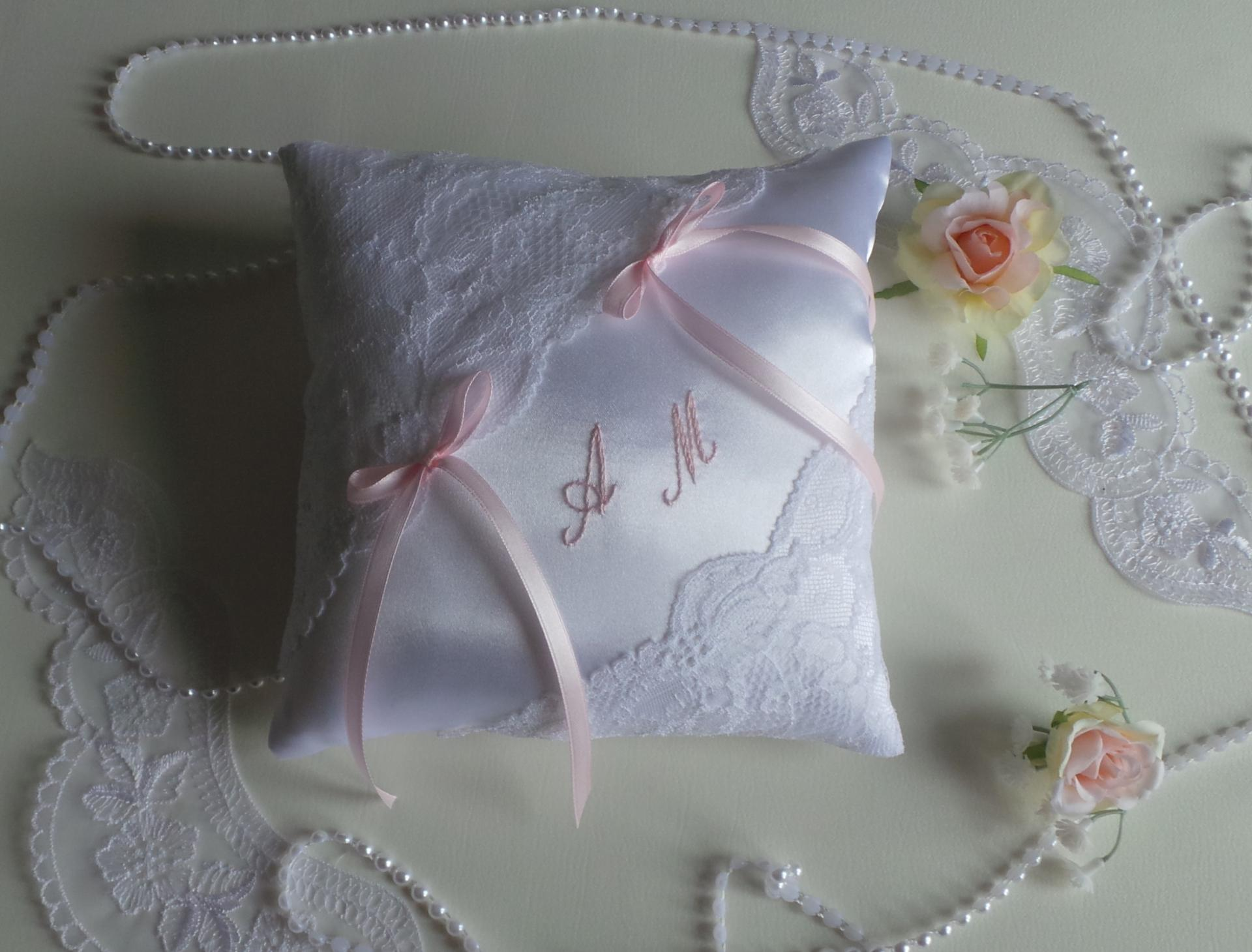 Coussin mariage chic blanc rose pale