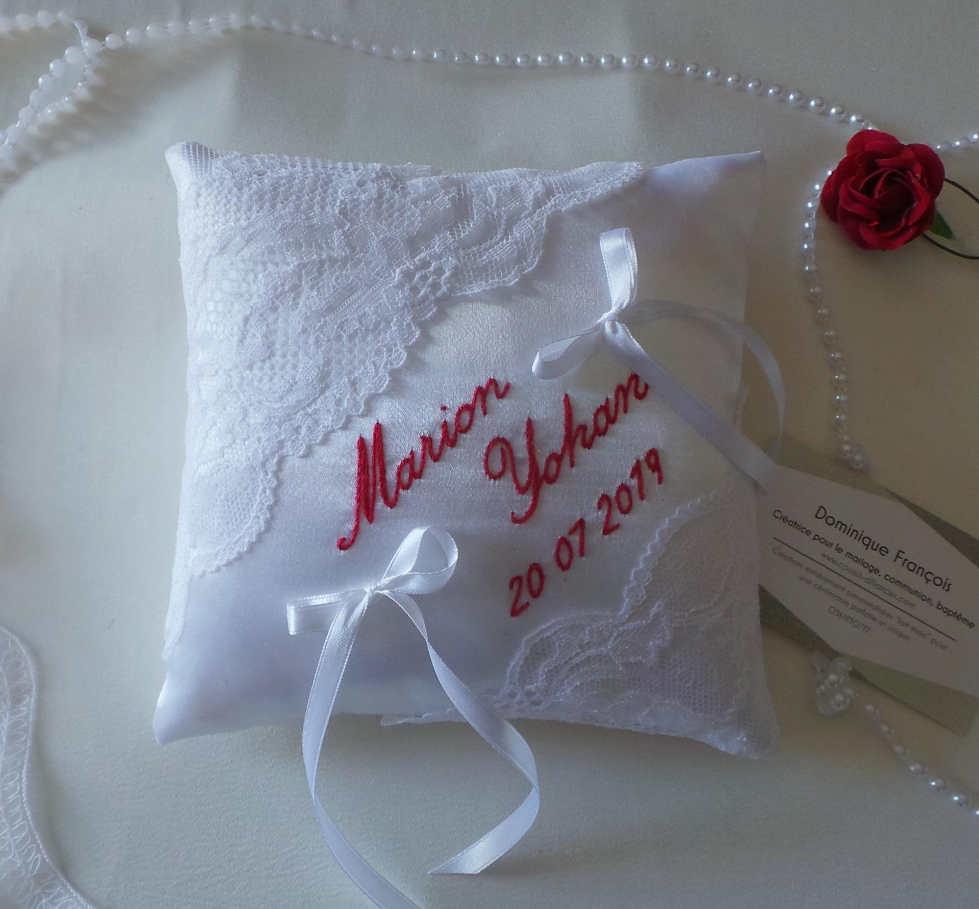 Coussin mariage chic blanc rouge dentelle