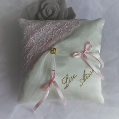 Coussin mariage chic dentelle ivoire rose pale poudre