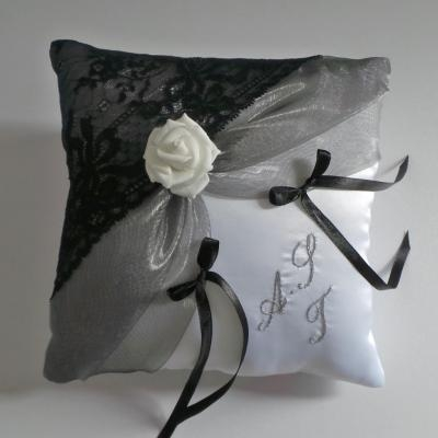 Coussin mariage chic dentelle personnalise 11
