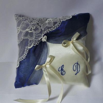 Coussin mariage chic dentelle bleu marine roi
