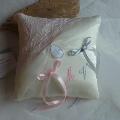 Coussin mariage chic dentelle rose poudré ivoire