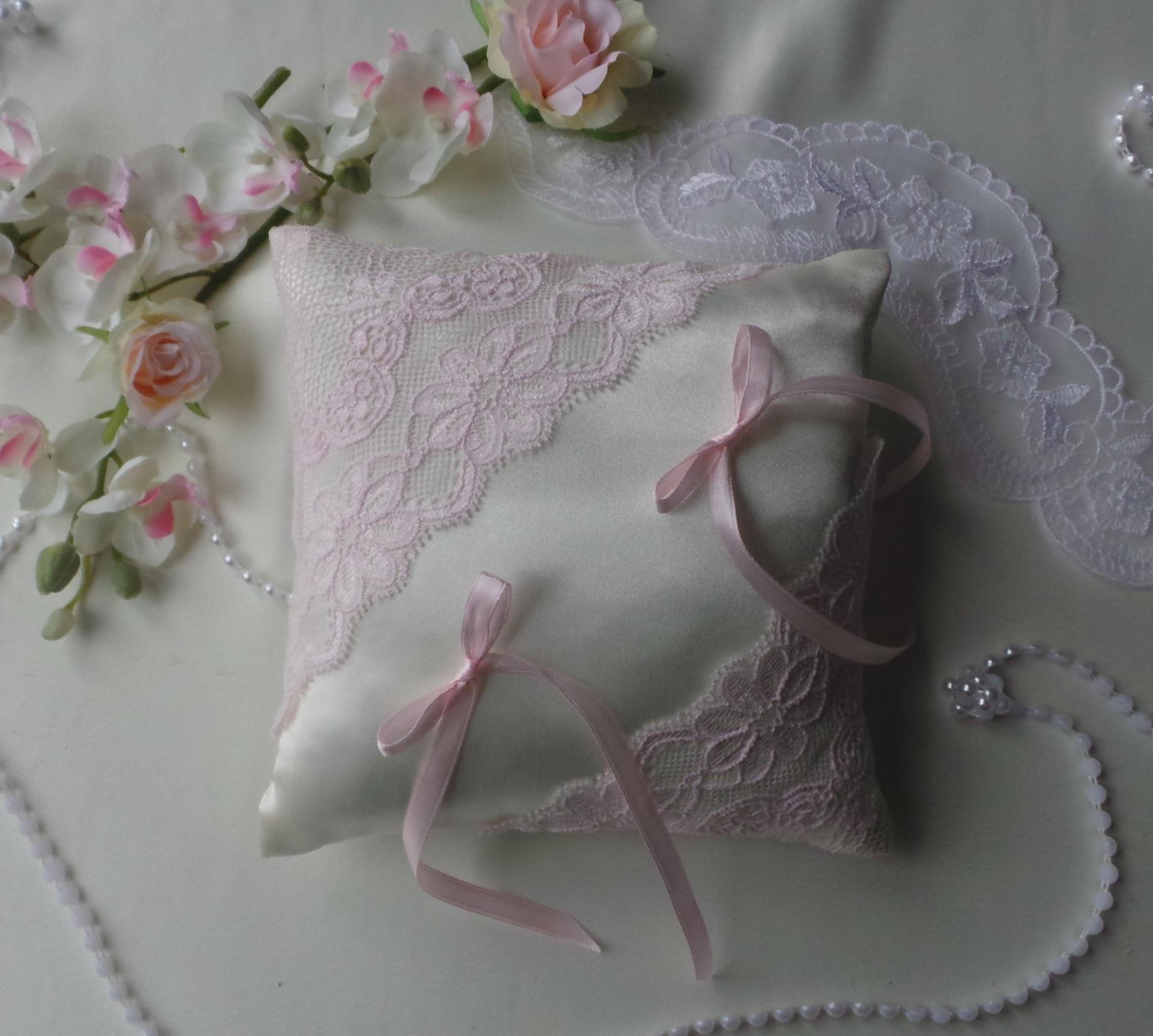 Coussin mariage chic dentelle rose pale blanc ou ivoire 1