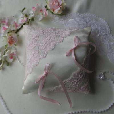 Coussin mariage chic dentelle rose pale blanc ou ivoire