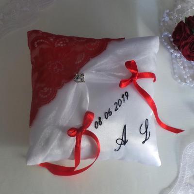 Coussin mariage chic dentelle rouge blanc noir personnalise 2