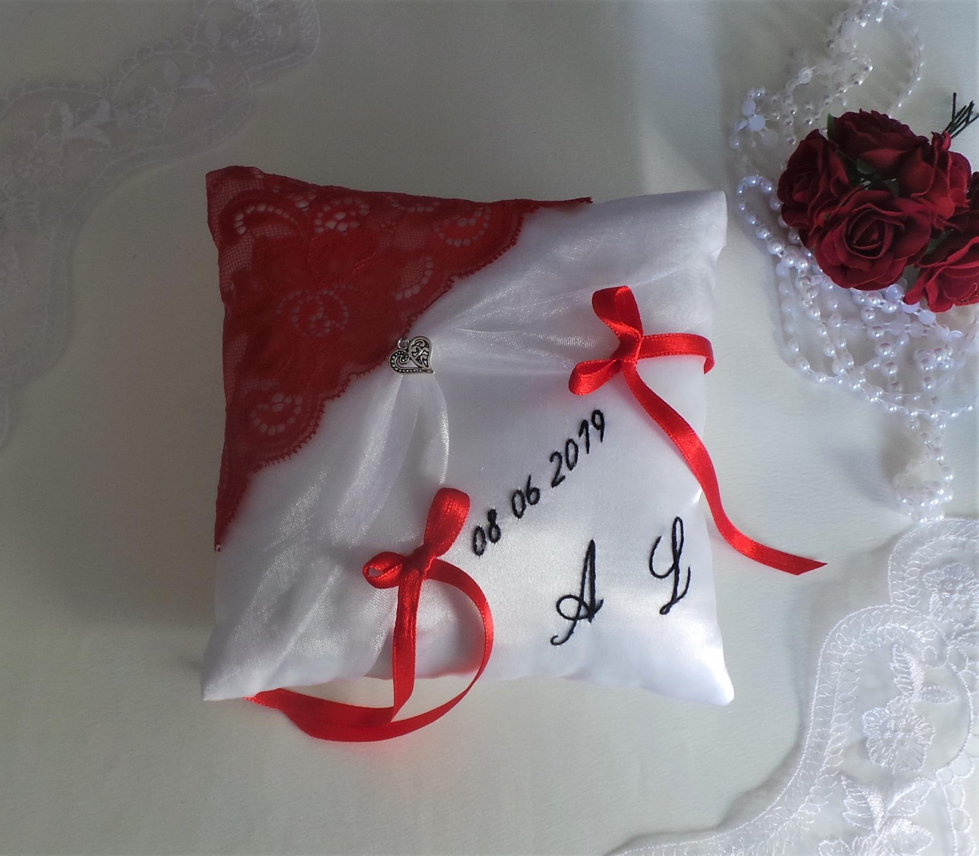 Coussin mariage chic dentelle rouge blanc noir personnalise