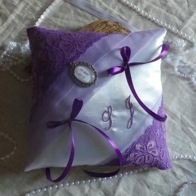 Coussin mariage chic dentelle violet parme