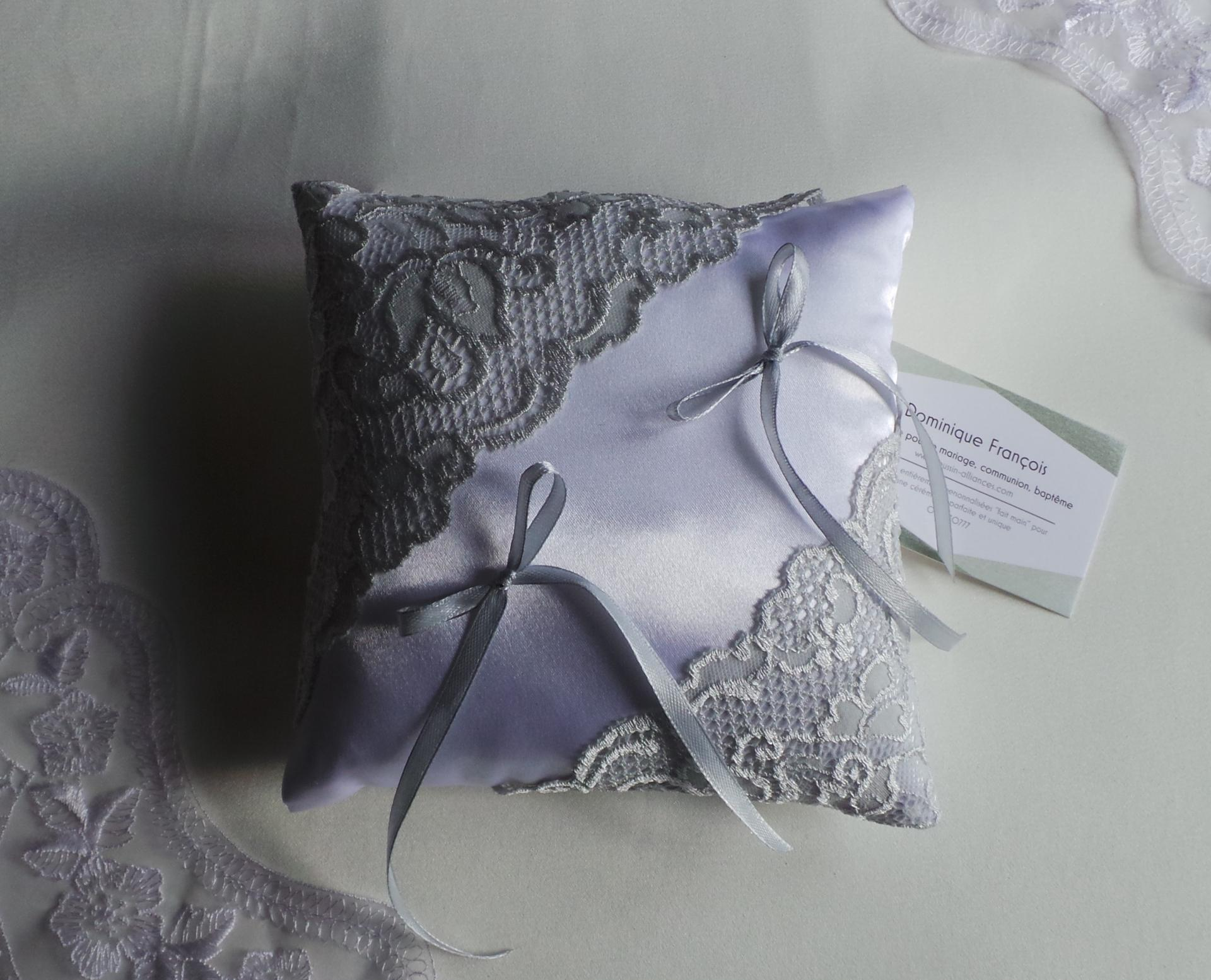 Coussin mariage chic gris clair dentelle 1