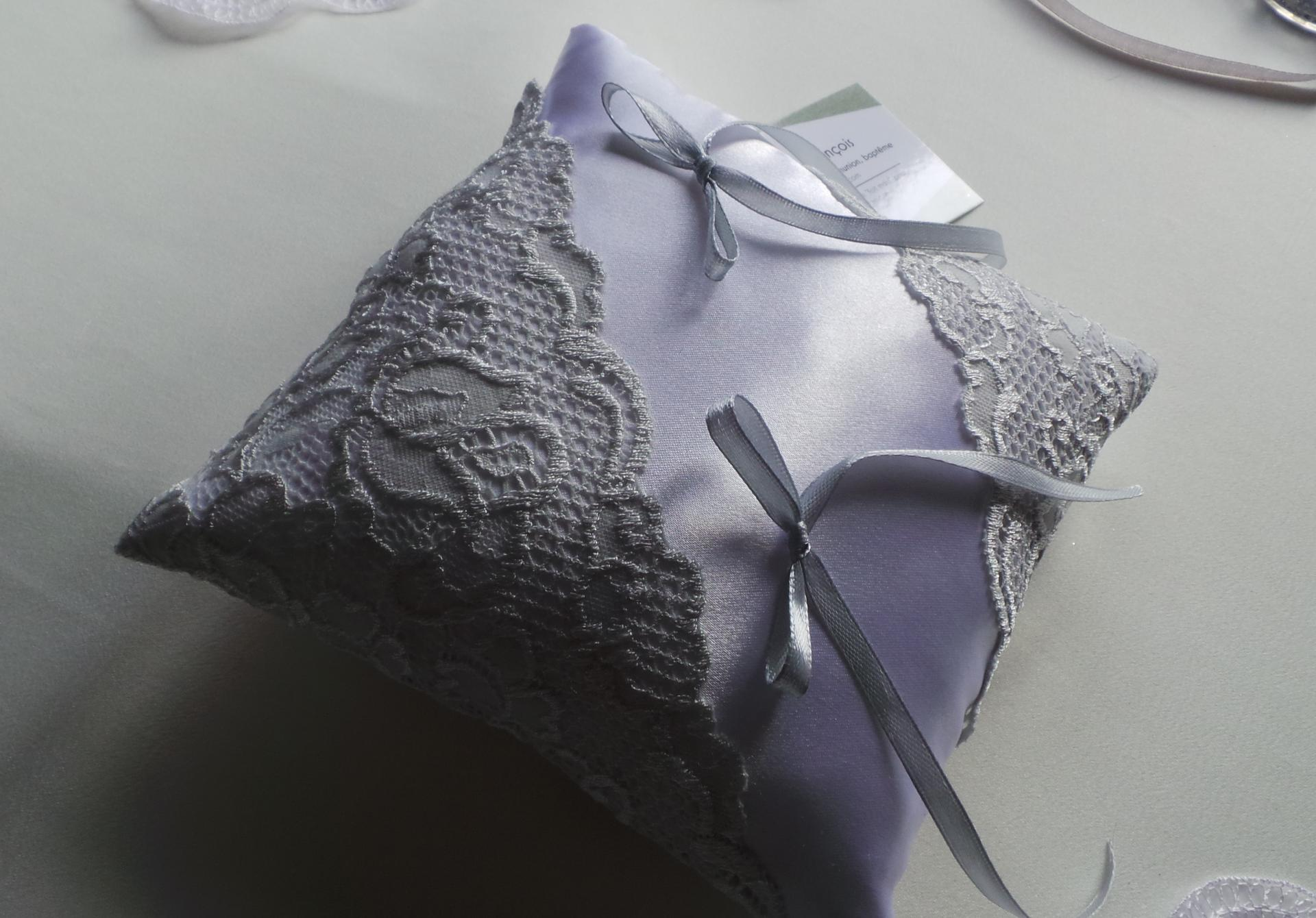 Coussin mariage chic gris clair dentelle 2
