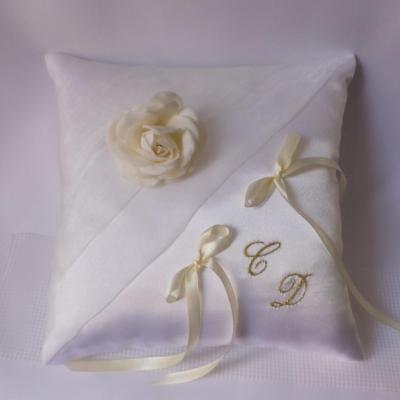 Coussin mariage chic ivoire blanc brode or