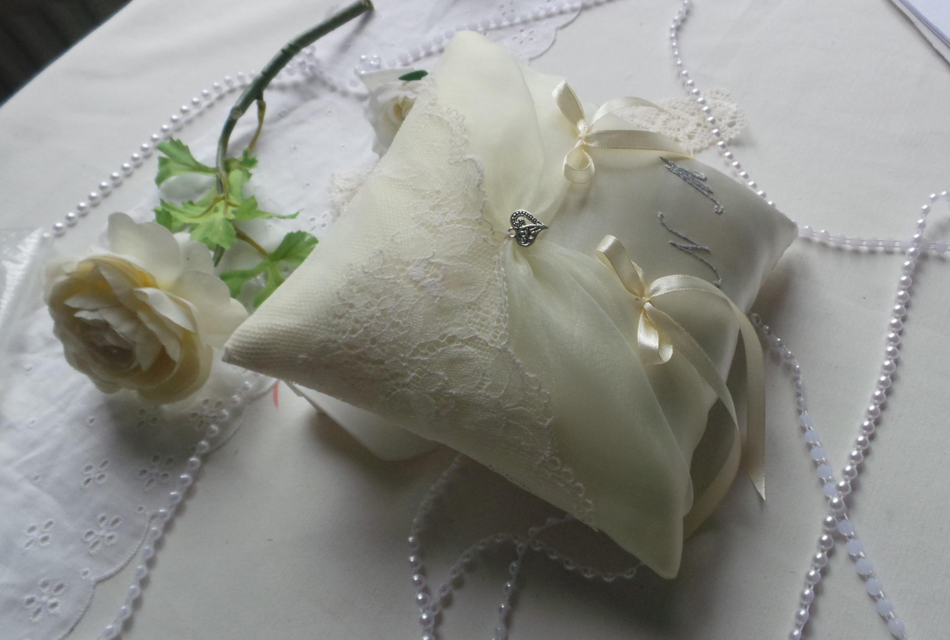 Coussin mariage chic ivoire dentelle 2
