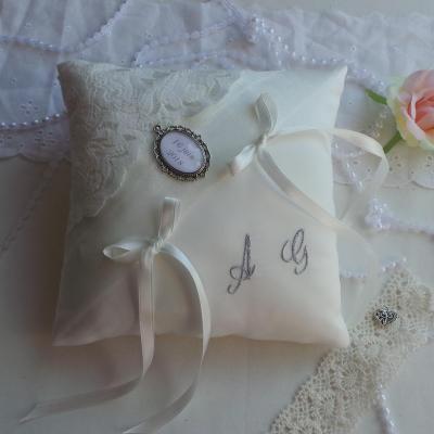 Coussin mariage chic ivoire dentelle de calais personnalise