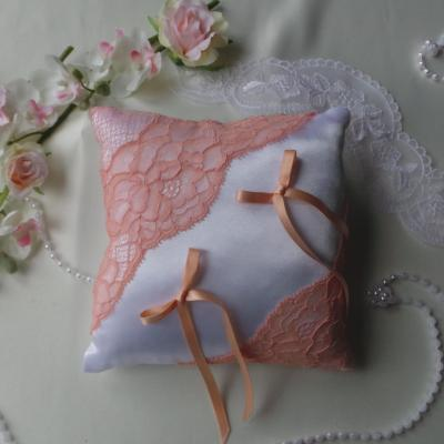Coussin mariage chic saumon corail blanc