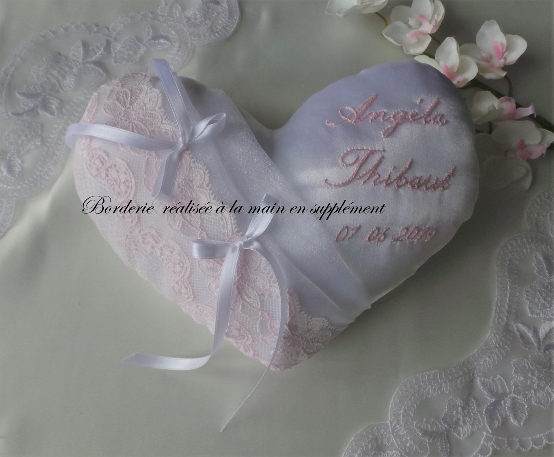 Coussin mariage coeur dentelle rose pale personnalise marque