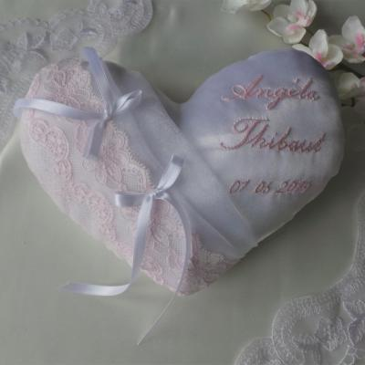 Coussin mariage coeur dentelle rose pale personnalise
