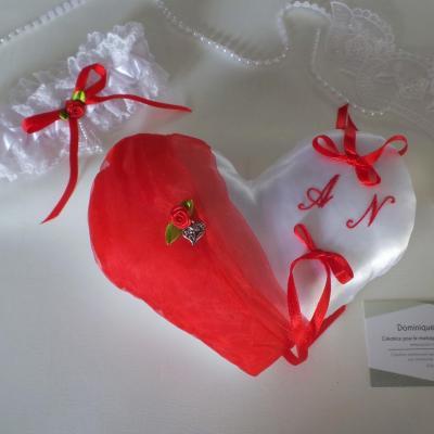 Coussin mariage coeur rouge et jarretiere personnalise