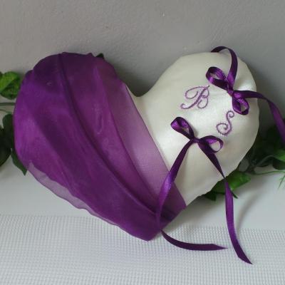 Coussin mariage coeur violet prune ivoire ou blanc personnalise