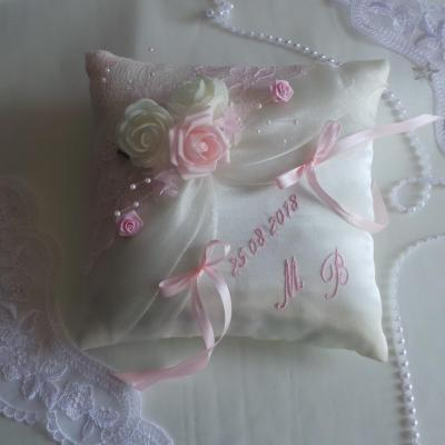 Coussin mariage dentelle rose pale 1