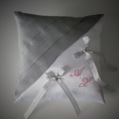 Coussin mariage gris clair rose pale blanc ou ivoire