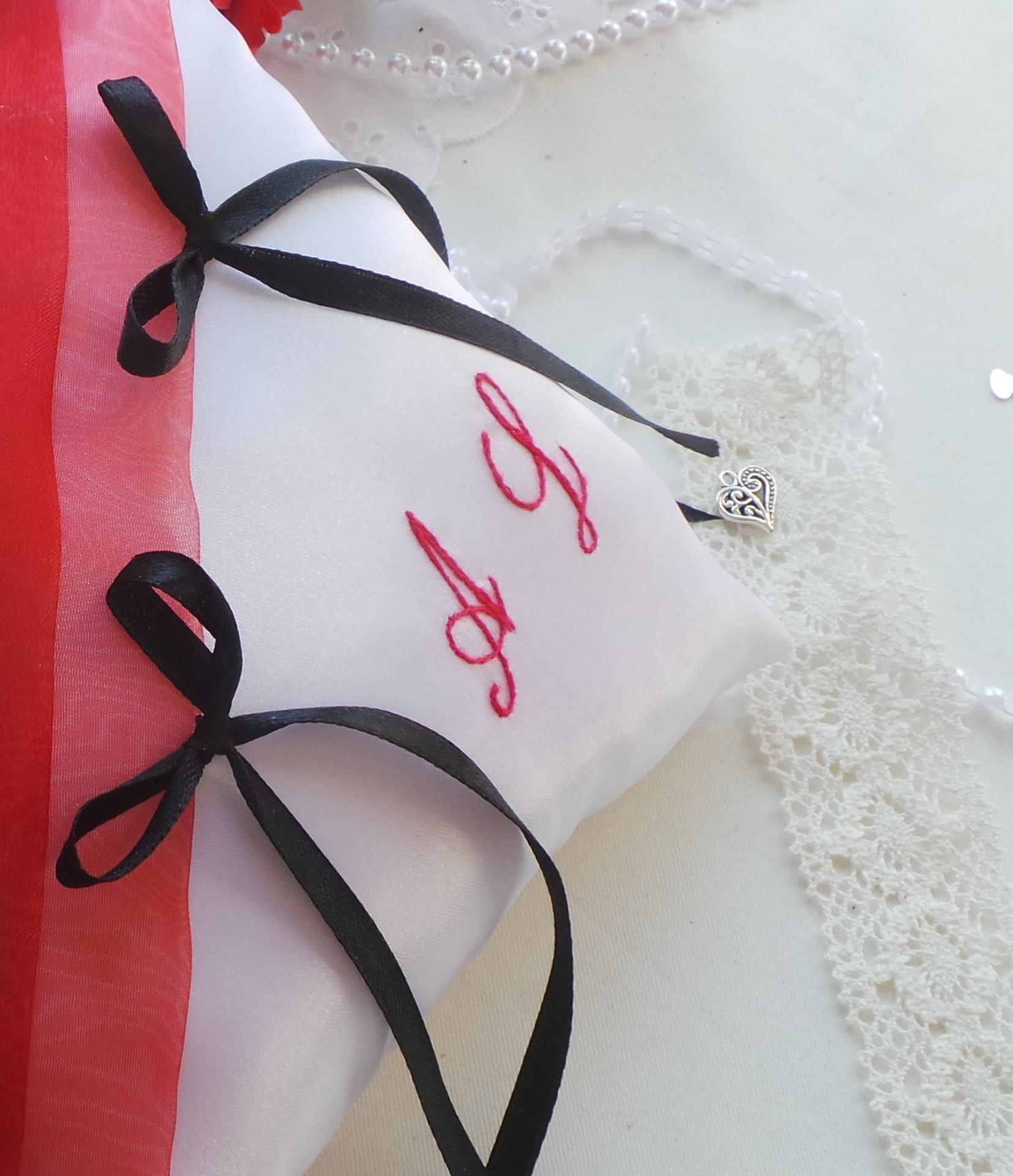 Coussin mariage rouge et noir blanc personnalise