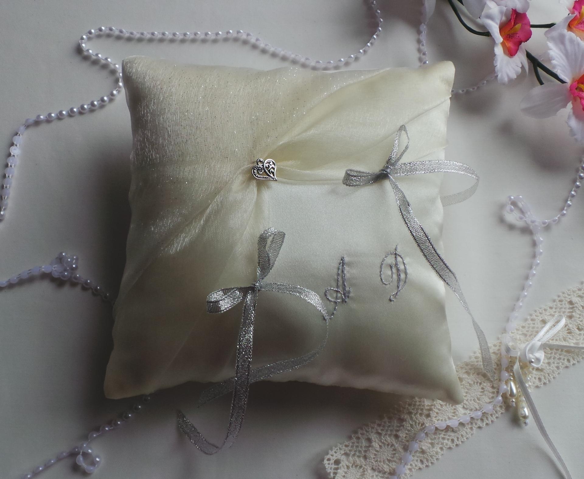 Decoration mariage chic ivoire argent coussin porte alliance