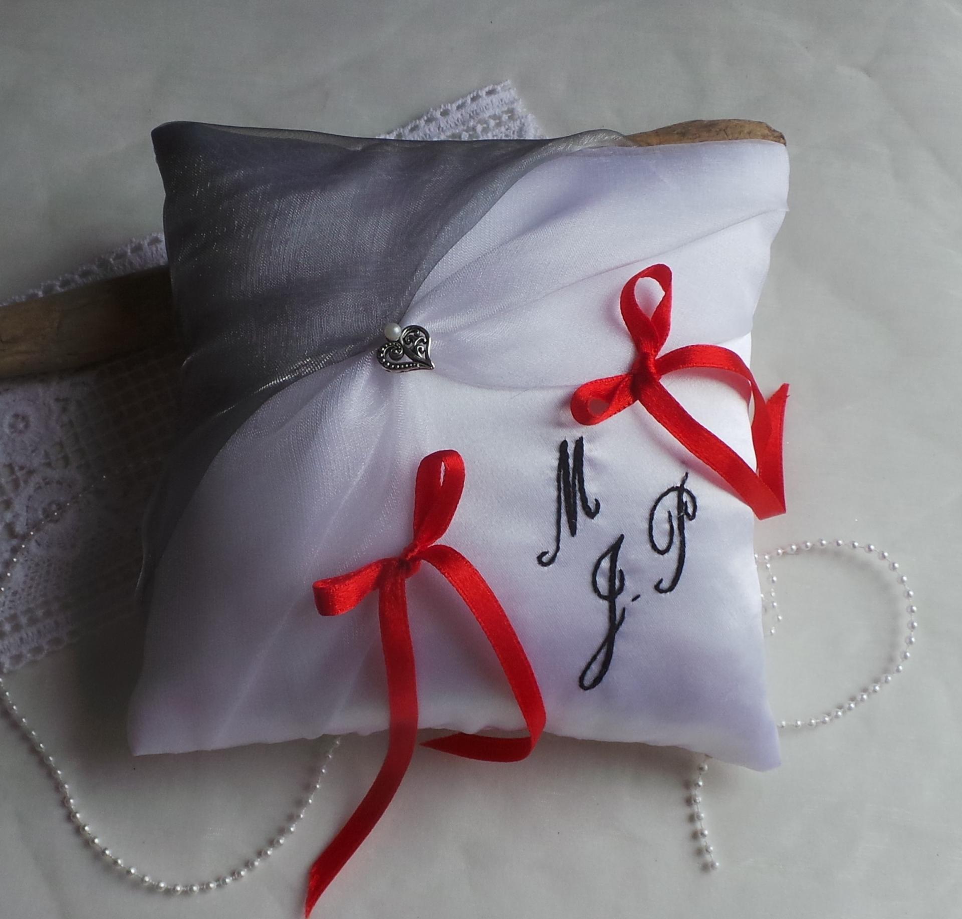 Decoration mariage gris blanc rouge et noir coussin personnalise